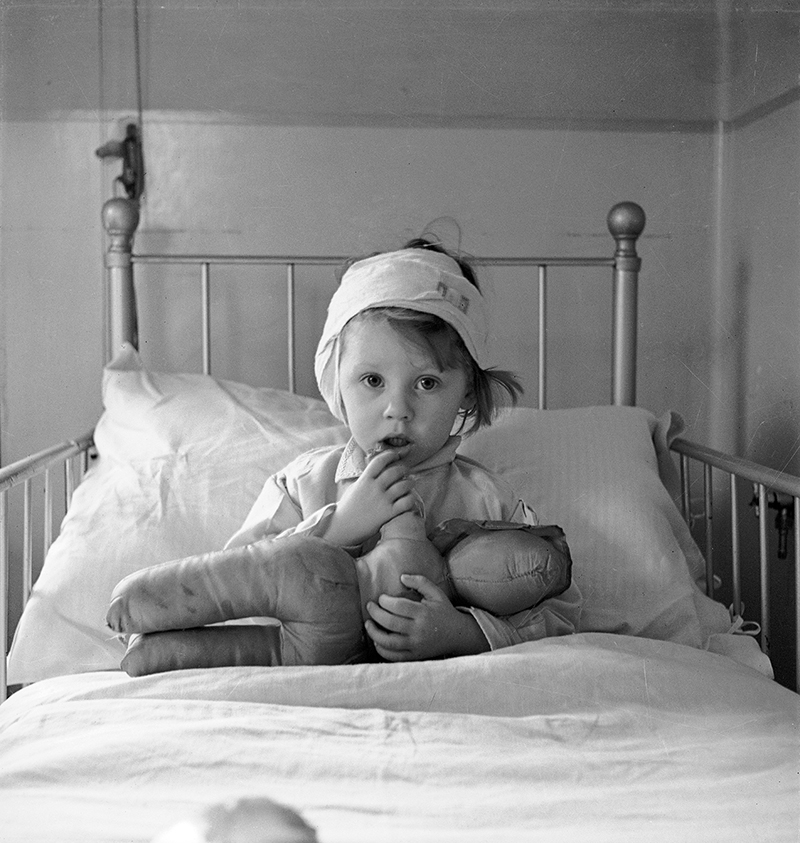 Cecil Beaton, Eileen Dunne in the Hospital for Sick Children, 1940
