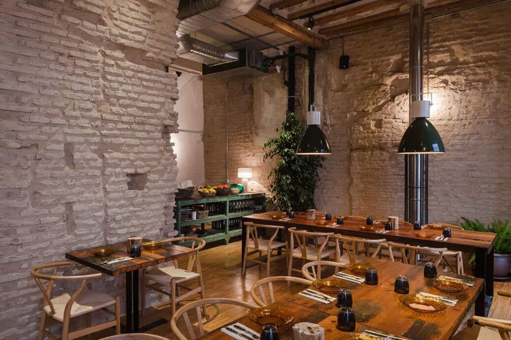 שולחנות במסדה מעוצבת בסגנון ספרדי קירות לבנים