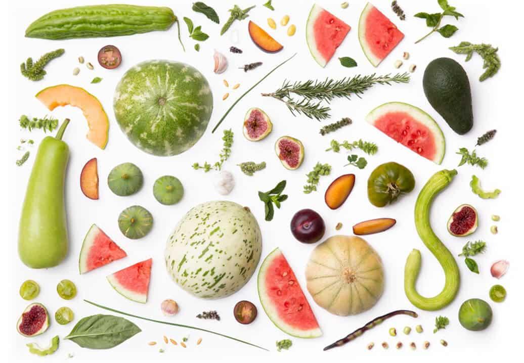 חיתוך שךל ירקות מפוזרים על משטח לבן