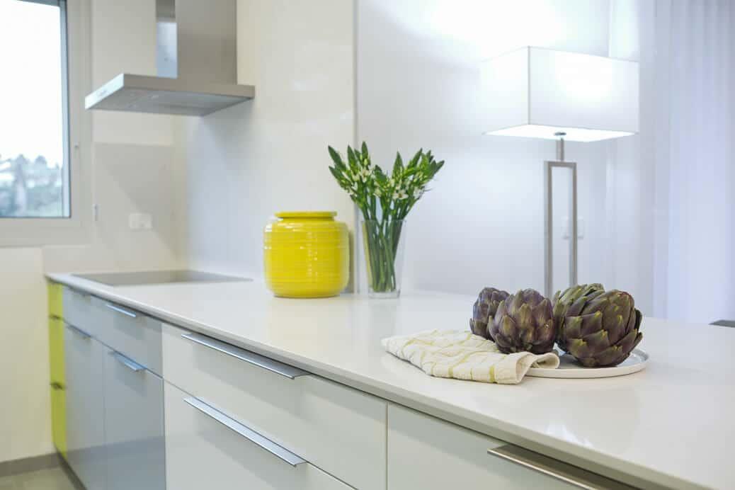 מטבח לבם עם ארטישוק וצנצנת צהובה