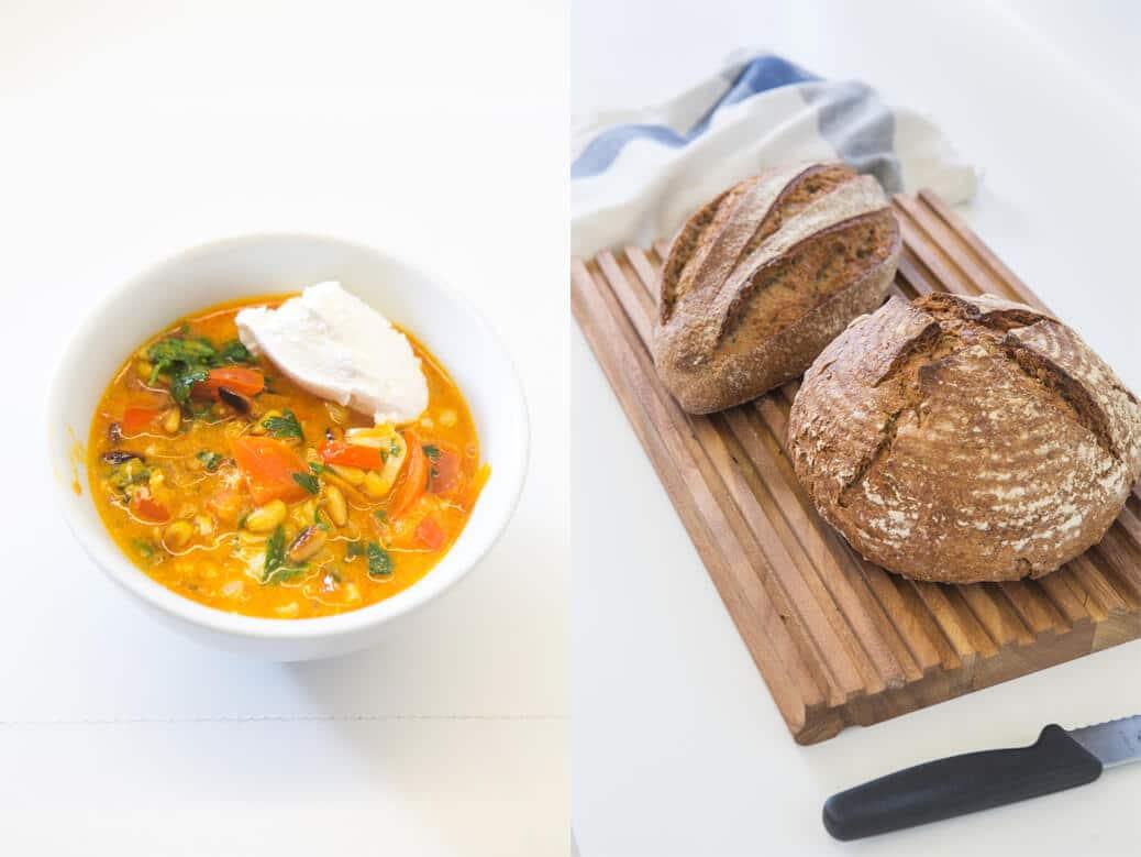 לחם על משטח חיתוך ושקשוקה בקערה