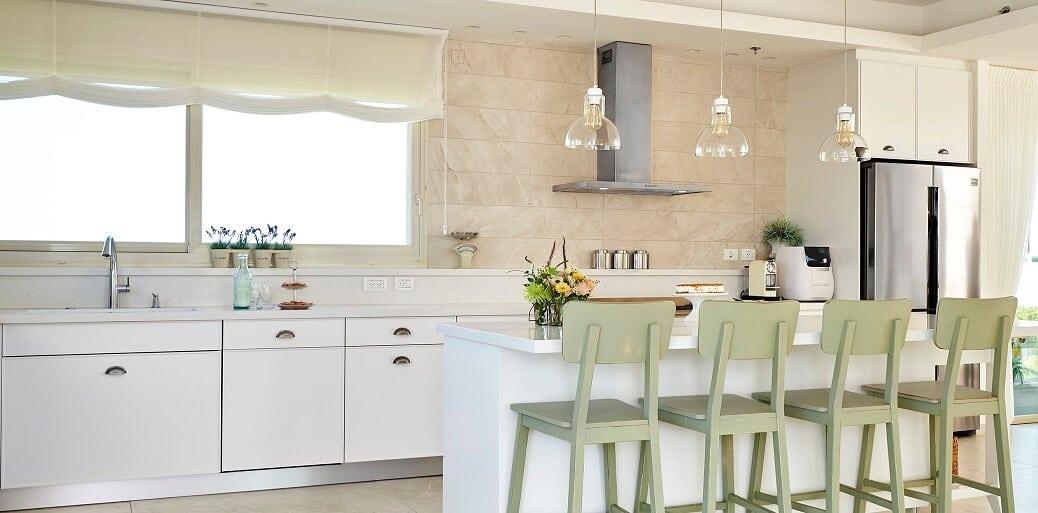 מטבח דורית רגב - כסאות ירוקים אי מטבח לבן
