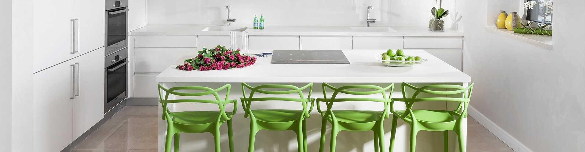 אי מטבח מרכזי עם 4 כסאות ירוקים