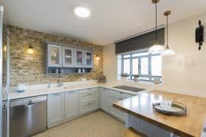 מטבח כפרי עם חלון וקיר לבנים