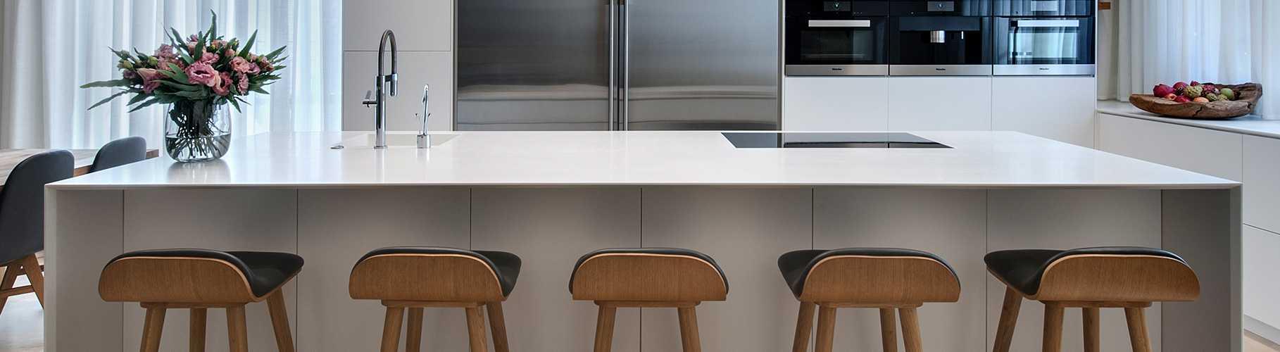 מטבח מודרני לבן עם משטח קוריאן אי ו- 5 שרפרפים