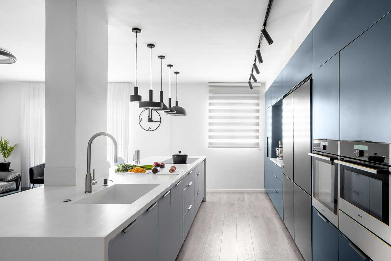 מטבח כחול עם משטח קוריאן לבן