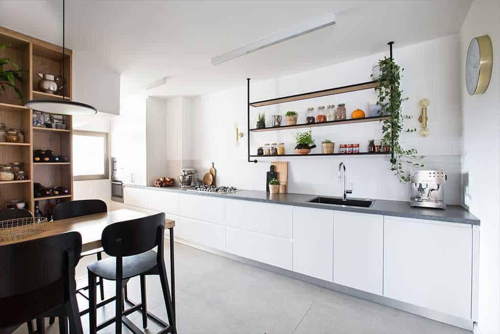 מטבח רגבה לבן ושולחן עץ