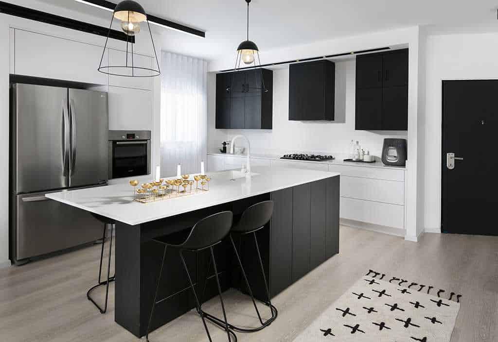 מטבח ואי למטבח בצבע שחור ולבן