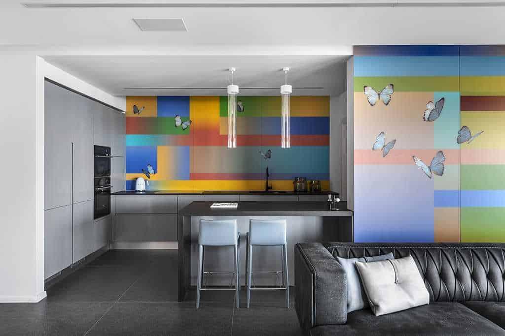 מטבח עם קירות צבעוניים