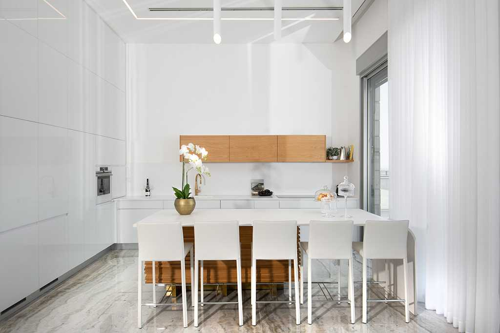 מטבח בצבע לבן עם שילוב עץ