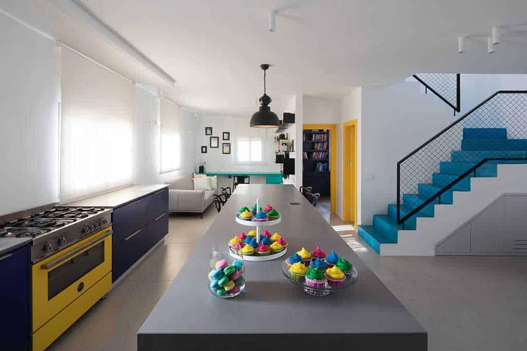 מטבח וסלון בשילוב צבעים