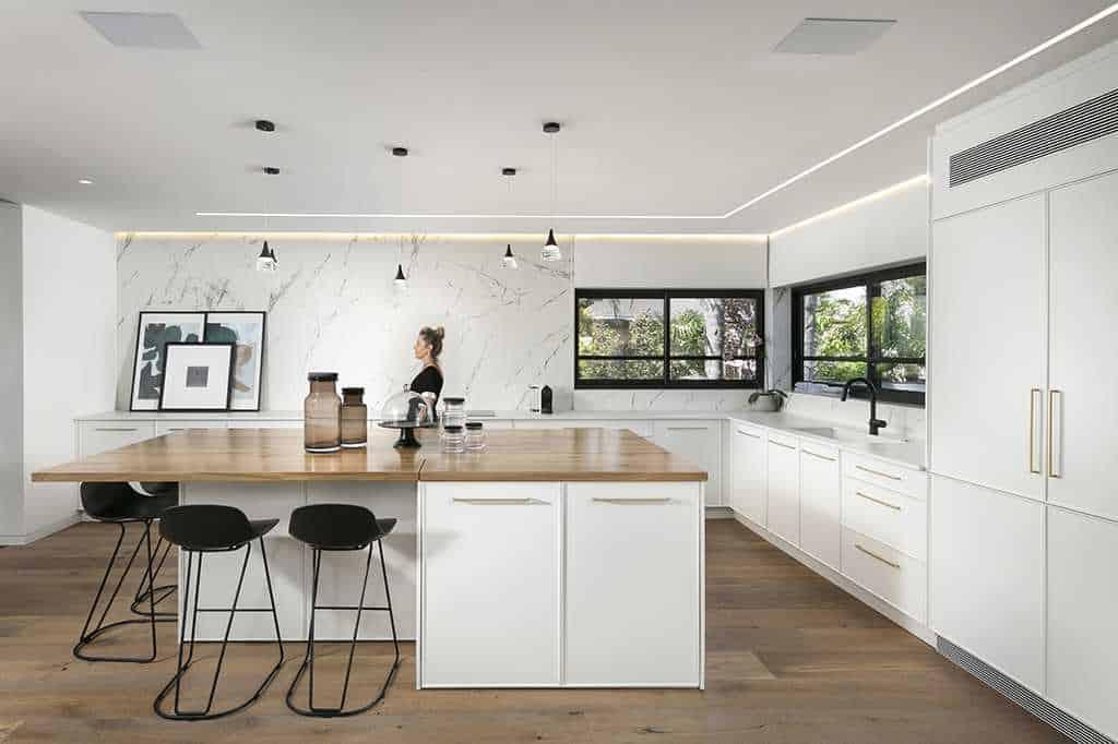 מטבח בצבע לבן עם אי עשוי עץ